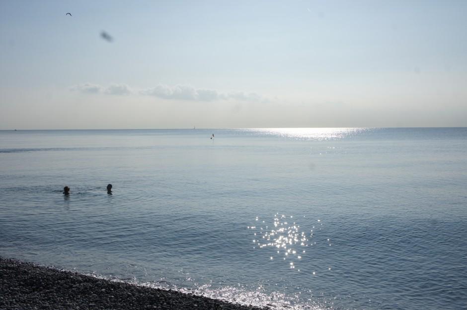mer-mediterranne-plage-nice-galets-vue-baigneurs
