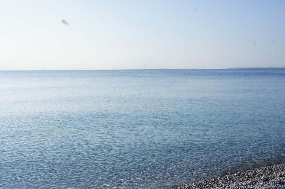 Mer-mediterrannée-nice-alpes-maritimes-plage-galets-contempler