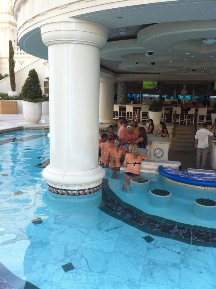 hotel-las-vegas-voyage-piscine-table-de-jeu-bar-blackjack-poker