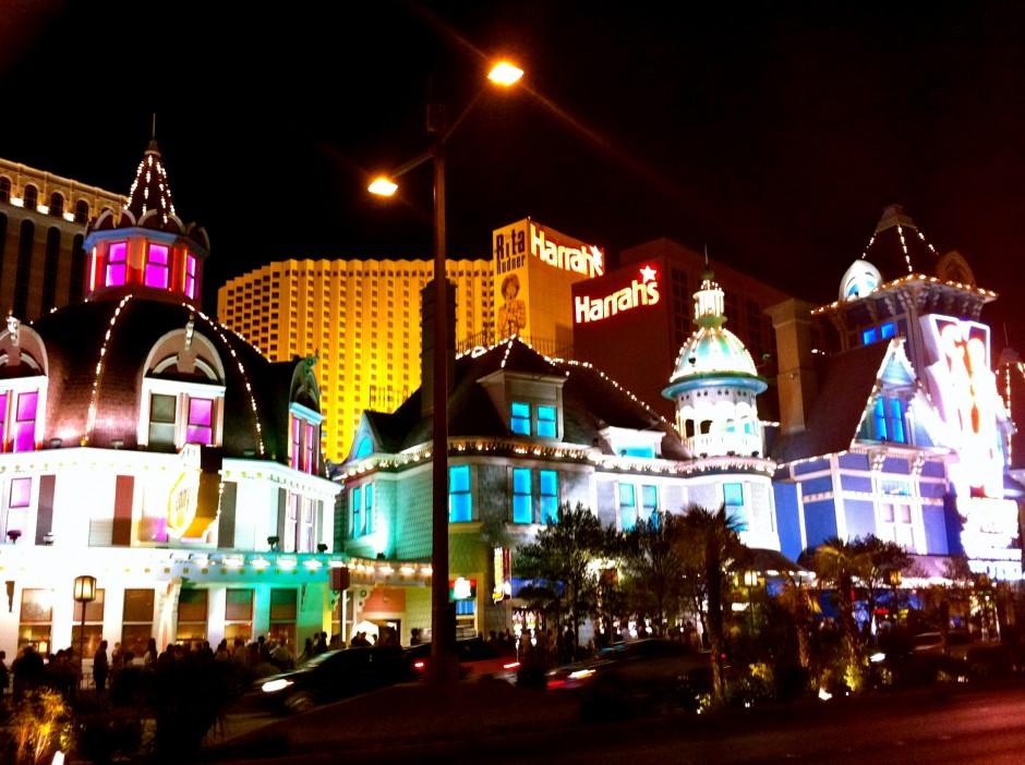 hotel-voyage-las-vegas-strip-neon