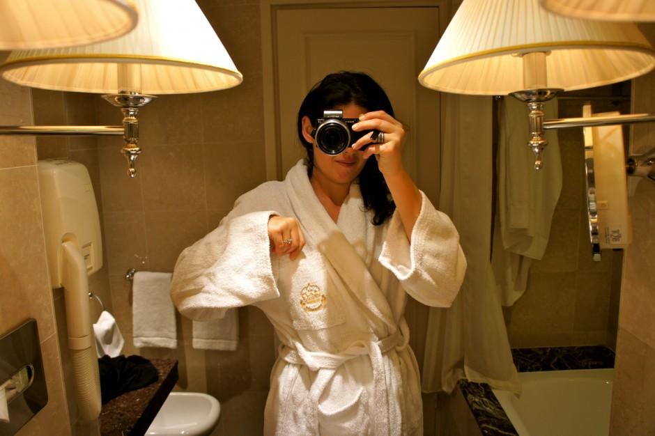 chambre-hotel-intercontinental-carlton-cannes-croisette-reveil-salle-de-bains-peignoir