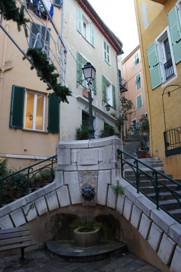 visiter-villefranche-sur-mer-vieux-village-ruelles-fontaine