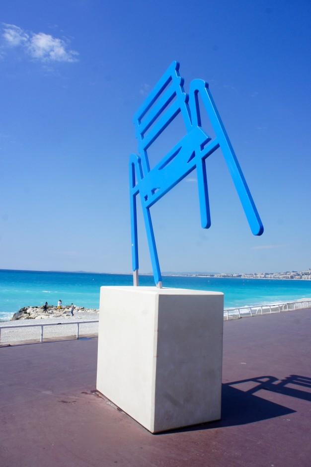 Eaux-turquoises-de-nice-chaise-bleue